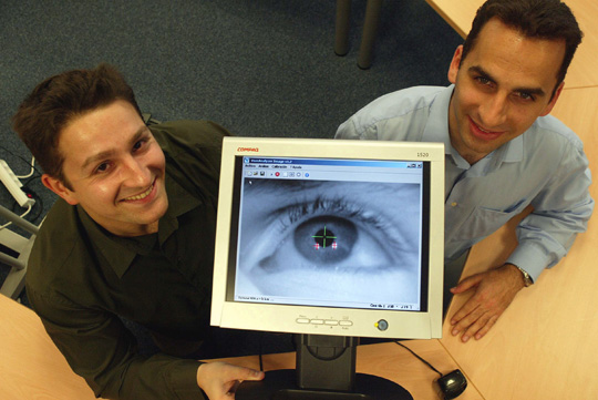 socios de Distintiva con eye-tracker